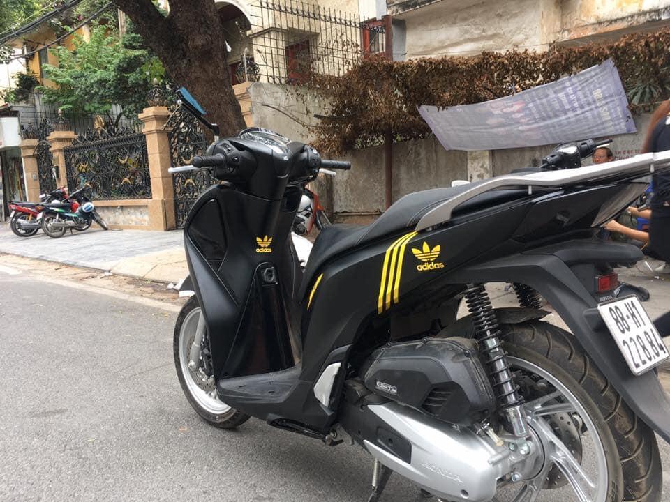 Dán viền Sh màu vàng thêm phần độc đáo cho xe