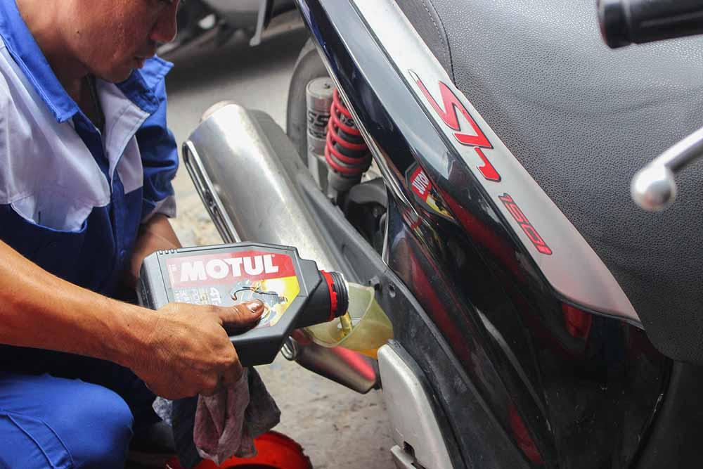 Xe Sh 150i thay dầu Motul Scooter tại Phu Tung Chinh Hieu