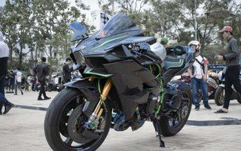 Mô tô Kawasaki Ninja H2R làm nền cho người mẫu đồ lót nóng bỏng mắt
