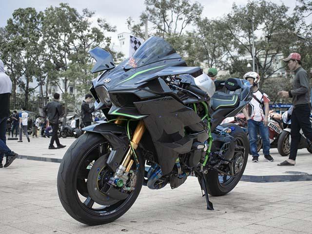 Mô tô Kawasaki Ninja H2R làm nền cho người mẫu hấp dẫn nóng bỏng mắt