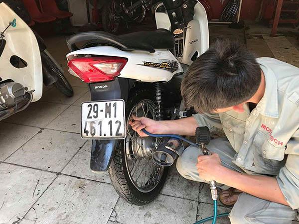 Nên kiểm tra và bơm đủ áp suất lốp tiêu chuẩn cho xe