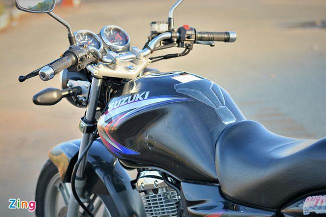 Bình xăng bo tròn phía trước Suzuki EN150A
